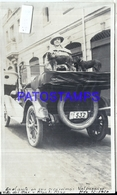 105504 AUTOMOBILE OLD CAR AUTO CONVERTIBLE AND WOMAN & DOG IN CHILE BREAK PHOTO NO POSTAL POSTCARD - Cartes Postales