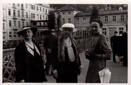 Photo Originale De 3 Femmes Endimanchées & élégantes, Renard, Chapeau & Ombrelles Vers 1930/40 - Pin-Ups