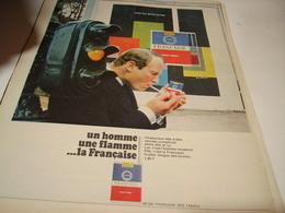 ANCIENNE PUBLICITE UN HOMME UNE FLAMME ET CIGARETTE FRANCAISE 1967 - Tabac (objets Liés)