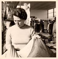 Photo Carrée Originale Portrait De Femme & De Son Stand Dans Une Foire - Vendeuse, Marché Couvert 1967 - Professions