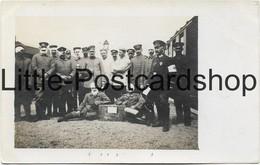 Foto AK Carvin Bahnhof Deutsche Soldaten Auf Dem Bahnsteig Verwundete Sänitäter Rotes Kreuz 1915 - Guerre 1914-18