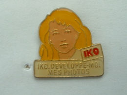 Pin's PHOTOGRAPHIE - IKO - DEVELOPPE MOI MES PHOTOS - Photography