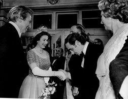 CHARLES AZNAVOUR  Félicité Par La Reine ELIZABETH  à La Royal Performance En 1975 - Geïdentificeerde Personen
