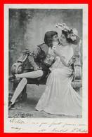 CPA FANTAISIES.  Jolie Femme Robe Longue Mousseline Et Chapeau Fleuri Et Son Galant ...I0296 - Couples