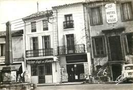 34 - VIAS - La Place De L'HdV Et La Fontaine - Café De France - Journaux - 4TL (cpsm 10x15) - France