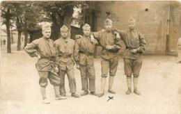 CARTE PHOTO GROUPE DE CINQ SOLDATS - Militaria