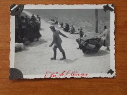 WW2 GUERRE 39 45 CAMPAGNE DE FRANCE EXODE SOLDAT ALLEMAND AIDANT DES REFUGIES FUGITIFS  EN TIRANT SUR LA POUSSETTE 1940 - Guerre 1939-45