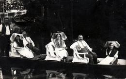 Carte Photo Originale Promenade En Barque Pour Costumes Et Coiffes Traditionnelles En 1927 - Anonymous Persons