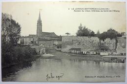 RESTES DU VIEUX CHÂTEAU AU BORD DE L'ÉTANG - LE LOROUX-BOTTEREAU - France
