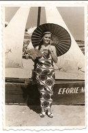 PHOTO ORIGINALE ,Souvenir , Femme En Costume Japonais Sur La Plage , Dim. 6.0x 9.0 Cm - Personas Anónimos