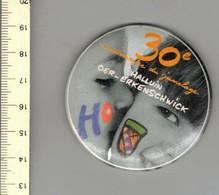 M S - BROCHE - 30 E ANNIVERSAIRE DU JUMELAGE HALLUIN OER ERKENSCHWICK - Jetons & Médailles