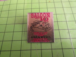 713F Pin's Pins /  Rare & De Belle Qualité : THEME JEUX / SALOON N°10 DEADWOOD JEU DE CARTES PKER - Games