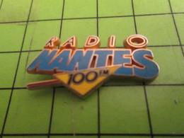 713G Pin's Pins /  Rare & De Belle Qualité : THEME MEDIAS / Pour Toi Gori Si Tu Te Magnes Le Q RADIO NANTES 100 FM - Medias