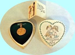 Médaille «Les Amoureux De  Peynet» En Plaqué Or  MURAT Poinçonné, NEUVE Dans Son écrin D'origine Avec Son Petit Livret - Pendentifs