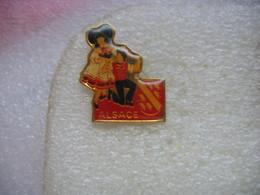 Pin's D'un Couple D'alsacien Costumé. ALSACE - Other
