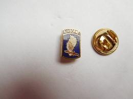 Beau Petit Pin's En EGF , Armée Militaire , Airborne , Parachutisme , US , Débarquement Juin 44 En Normandie - Armee