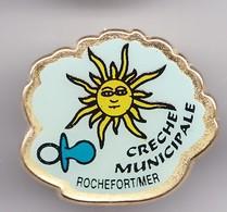 Pin's Crèche  Municipale Rochefort Sur Mer En Charente Maritime Dpt 17 Soleil Tétine  Réf 3278 - Cities