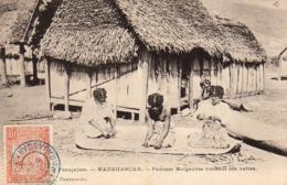MADAGASCAR  Femmes Malgaches Tressant Des Nattes - Madagascar