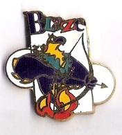 Pin's  TIR A L'ARC - JEUX PARALYMPIQUE ATLANTA 1996 - MASCOTTE BLAZE - Tir à L'Arc
