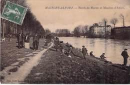 """94 - MAISONS ALFORT : Bords De Marne Et Moulins D'Alfort ( Bonne Animation Et Pêcheurs ) CPA """" Vernie """" - Val De Marne - Maisons Alfort"""