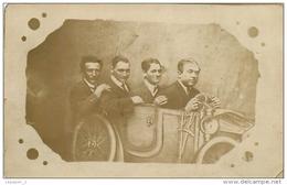 Surréalisme Quatre Hommes Dans Une Automobile Carte Photo Montage Foire Bâche - Photographie