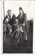MARIN A BICYCLETTE , UNE FEMME A SES COTE A BICYCLETTE EGALEMENT  ANNEES ANNEES 1940 - Guerre, Militaire