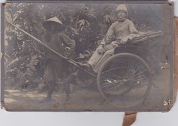 Photographie Sur Carton - Cochinchine - Colon Sur Pousse-pousse Avec Tireur - Photographs