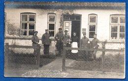 Carte Photo -- Soldats Allemands (infirmiers ) Devant Un Batiment  1916 - War 1914-18
