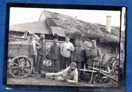 Petite Photo -  Soldats Allemands Dans Une Ferme  - Mai 1917 - War 1914-18