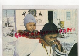 CANADA  -ESKIMO MOTHER ANS CHILD AT FROBISHER BAY - ESQUIMEAU- CANADIAN POLICE - Territoires Du Nord-Ouest