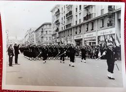 PHOTO Originale DEFILE De La Fete De Jeanne D'Arc BREST 29 Mai 1957  13 X 18 Cm Militaria Rue Commerces - Guerra, Militares