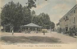 """/ CPA FRANCE 84 """"L'Isle Sur Sorgue, Place Gambetta Et La Route De Vaucluse"""" - L'Isle Sur Sorgue"""