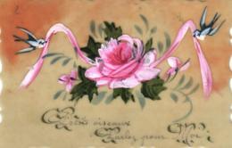 C 2704 - Carte En Celluloîde   Rose Et Ruban Tenu Par Des Oiseaux - Postcards