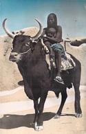 Afrique-TCHAD  FORT-LAMY  Boeuf Porteur ( NUE ETHNIQUE Ethnie Femme Bébé *PRIX FIXE - Ciad