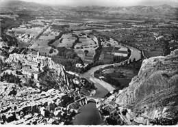 04 - SISTERON : Vue Aérienne - La Ville Et La Citadelle - CPSM Dentelée Noir Blanc Grand Format Alpes De Haute Provence - Sisteron