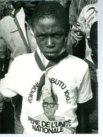 Photo Zaïre Leke Jeune Scout Avec T-shirt à La Gloire De Mobutu  1988 Photo-service Congo PP. Blancs - Afrique