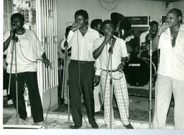"""Photo Zaïre Kinshasa. Matonge. Célèbre Groupe """"OK Jazz"""" à L'hôtel Oryx  1988 Photo-service PP. Blancs - Afrique"""