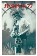 CPA - UNE JOLIE JEUNE FILLE AVEC UNE MANDOLINE - N° 1128 - Illust. Léo - Made In France - Women