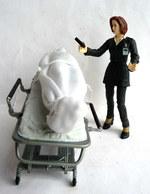 FIGURINES X FILES SCULLY ET MONSTRE SUR TABLE D'OPERATION MAC FARLANE TOYS 1998 - Figurillas