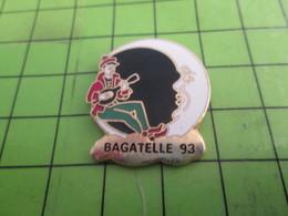 810F Pin's Pins / Rare & De Belle Qualité : THEME MUSIQUE / BAGATELLE 93 PIERROT AU CLAIR DE LA LUNE - Music