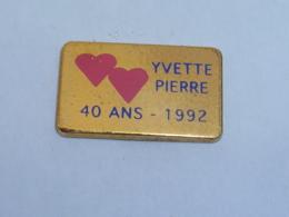 Pin's YVETTE ET PIERRE, 40 ANS MARIAGE 1992 - Badges