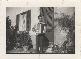 8119. Vecchia Old Photo Foto Uomo Che Suona La Fisarmonica Man Accordion  Italy Settembre 1939 - 7x9 - Persone Anonimi