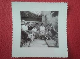 ANTIGUA FOTO FOTOGRAFÍA OLD PHOTO GRUPO DE PERSONAS SENTADAS EN PATIO O SIMIL Y PERRO DOG CHIEN VER SPAIN ? FRANCE ? VER - Personas Anónimos
