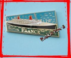 Très Beau Pin's Du Paquebot FRANCE, Transatlantique, Croisière, Bateau, Pin's En émail Grand Feu - Boats