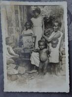 GUYANE CAYENNE PHOTO ORIGINALE  VERS 1925 DES HABITANTS ECOUTENT DE LA MUSIQUE SUR UN TOURNE DISQUE 9.3 X 12.6 CM - Cayenne