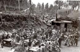 WWII Los Negros Groupe De Soldats RAAF Heure De La Soupe Ancienne Photo 1944 - War, Military