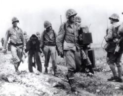 Japon Okinawa Marines Americains Protegeant Un Vieillard Ancienne Photo 1945 - War, Military