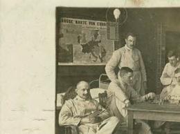 Carte Photo - Hôpital Militaire (Lazarett) Hambourg (Hamburg) Joueurs D'échecs, Chambrée, Circ 1917, Tâche Humidité - Echecs