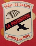 Autocollant école De Chasse La Pigeonnière. Estrées-sur-Noye. Vers 1960-1970. - Autocollants