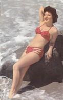 Sans Légende - Femme En Bikini Rouge Sur Un Rocher à La Plage - Pin-up - Maillot De Bain - Pin-Ups